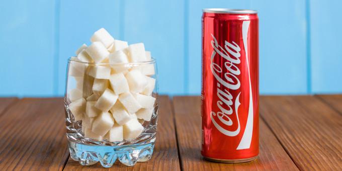 コカコーラ缶一本と角砂糖が大量に入ったコップ|副腎疲労HP