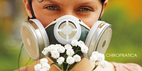 強力な粉塵マスクをして花の前に立つ女性|副腎疲労HP