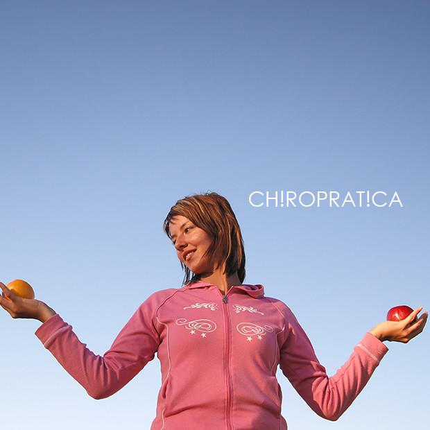 みかんとりんごを持った女性|副腎疲労HP
