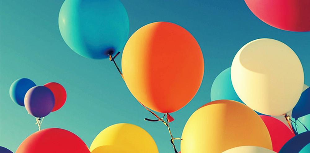 青空に飛んでいる風船|副腎疲労HP