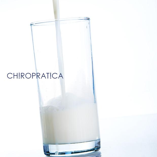牛乳の入ったコップ|副腎疲労HP