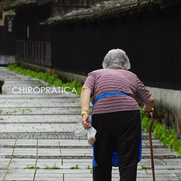 杖をついて歩いている老婆|副腎疲労HP