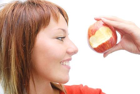リンゴをかじっている女性|副腎疲労HP