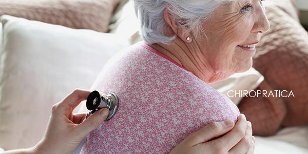 聴診器を背中に当てられている高齢の美しい女性|副腎疲労HP