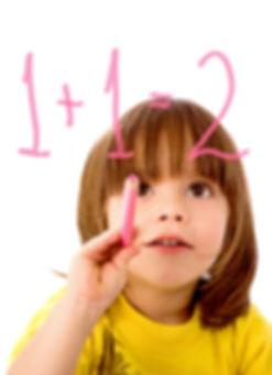 数字を書いて考えている女の子|副腎疲労HP