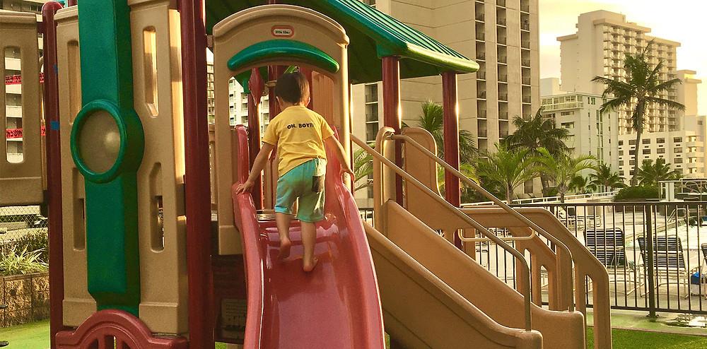 滑り台で遊ぶ子供|副腎疲労HP