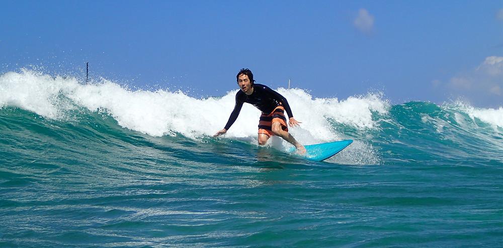 ハワイの海でサーフィン|副腎疲労HP