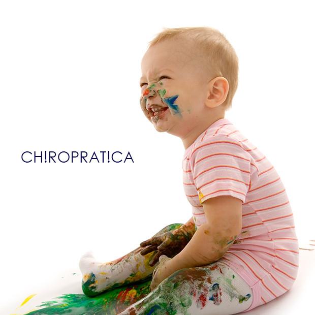 顔や手にペンキが付いた赤ちゃん|副腎疲労HP