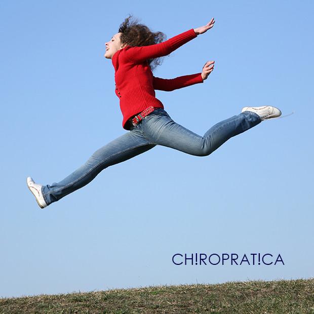 大きくジャンプしている女性|副腎疲労HP