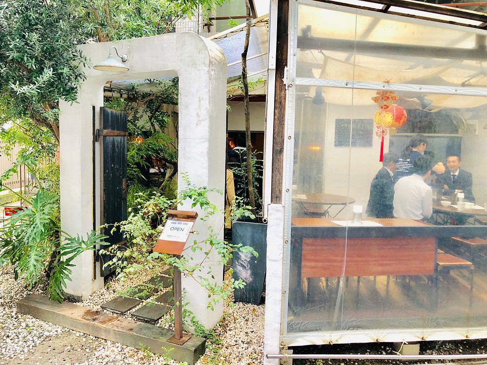 海南鶏飯食堂のエントランスとテラス席の雰囲気|副腎疲労HP