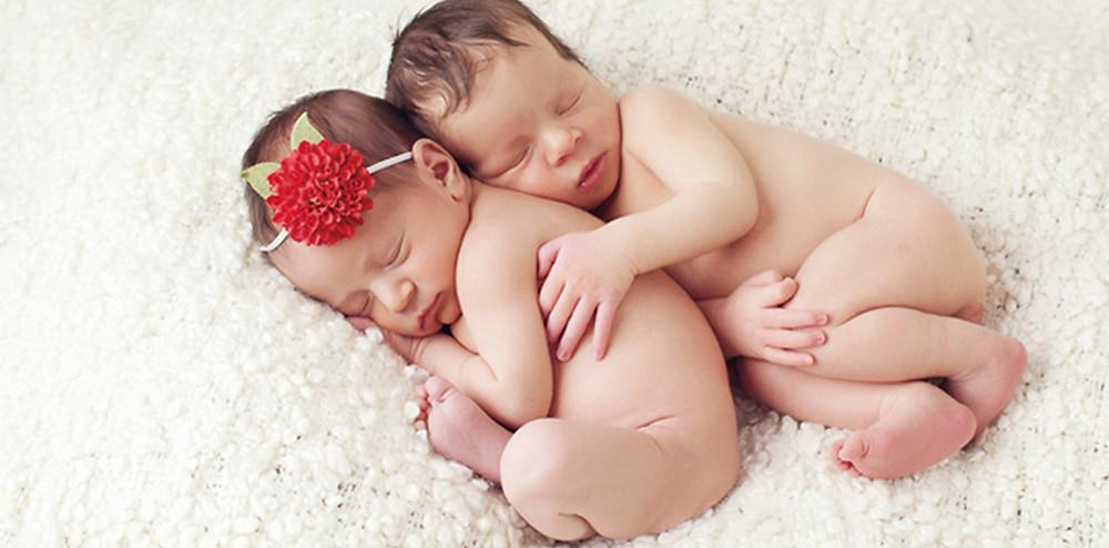 ぐっすり眠っている双子の赤ちゃん|副腎疲労HP