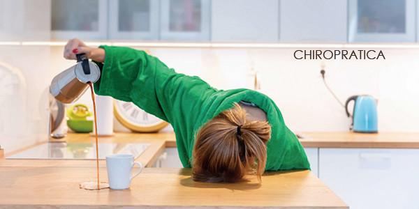 ひどい疲れでコーヒーを注ぎながら寝落ちしている女性|副腎疲労HP