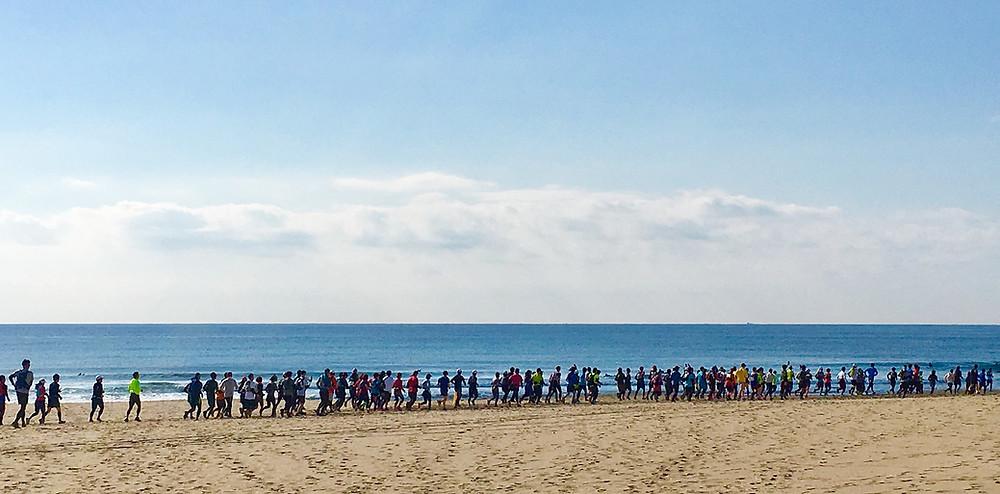 海でマラソンしている人達|副腎疲労HP