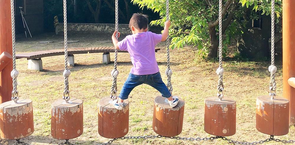 遊具で遊ぶ男の子|副腎疲労HP