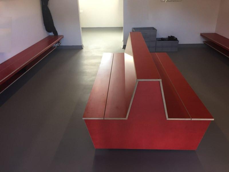 Traitement et revêtement de sol sans joint dans vestiaire de stade de football