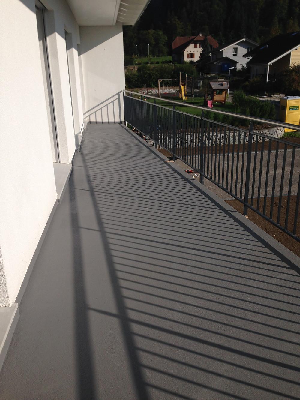 Etanchéité et revêtement sol sans joint pour balcons avec finition résistante aux intempéries et 100 % aux UV