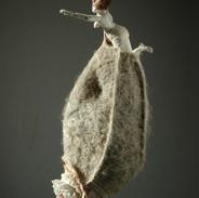 Petite femme sur cocon