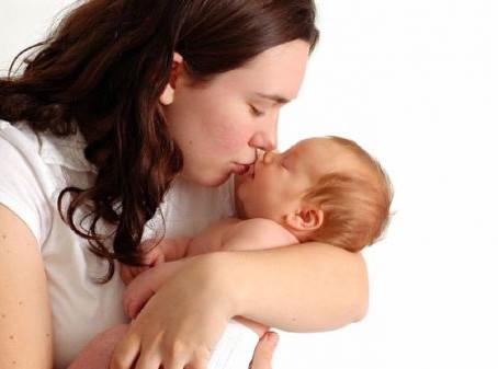 Por que beijar um bebê recém nascido pode ser fatal?