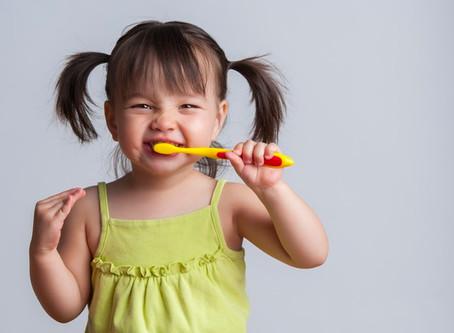 Tem criança exagerando na pasta de dente