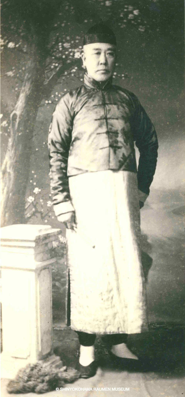 OZAKI Kanichi 尾崎 貫一 (1858-1922) habillé à la mode chinoise