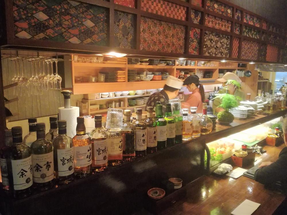 Le comptoir du restaurant Takara et ses whiskies japonais