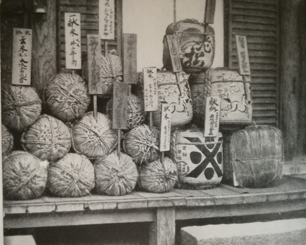 Balles de riz et barils de saké étiquetés des noms des donateurs