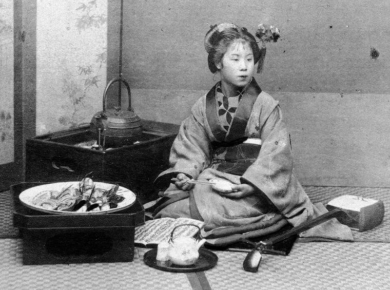 Japonaise dégustant des sushi 寿司 durant l'époque Meiji 明治時代 (1868-1912)