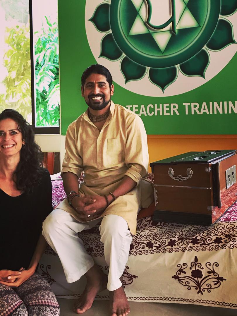 Com professor de mantras em Rishikesh