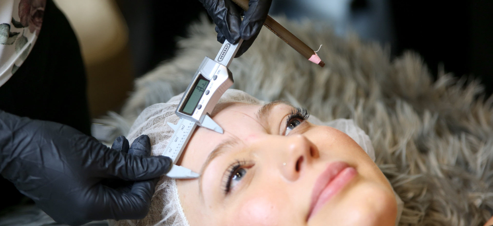 We start measuring yours brows according with your natural feautures.