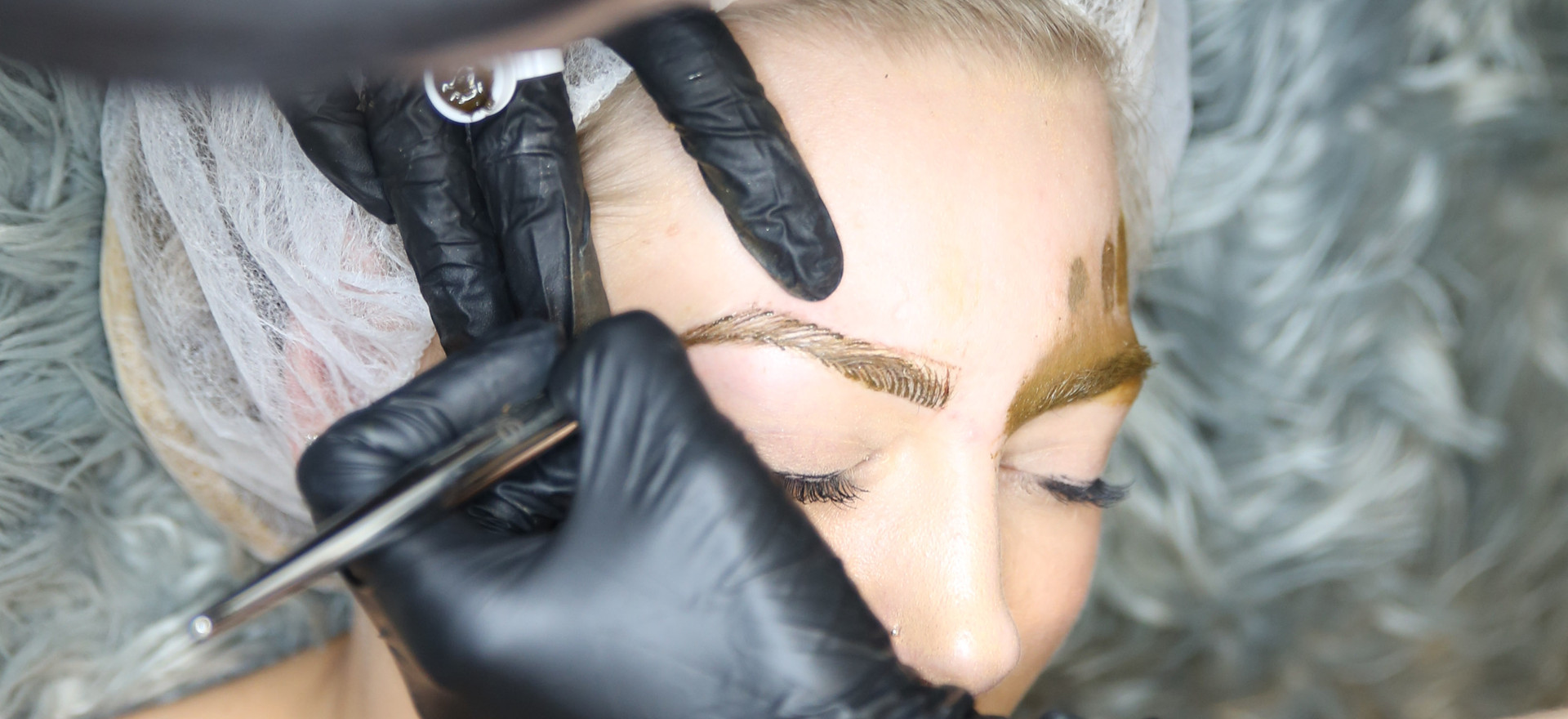 Start implanting the pigment on the skin doing little strokes that mimics eyebrow hair.