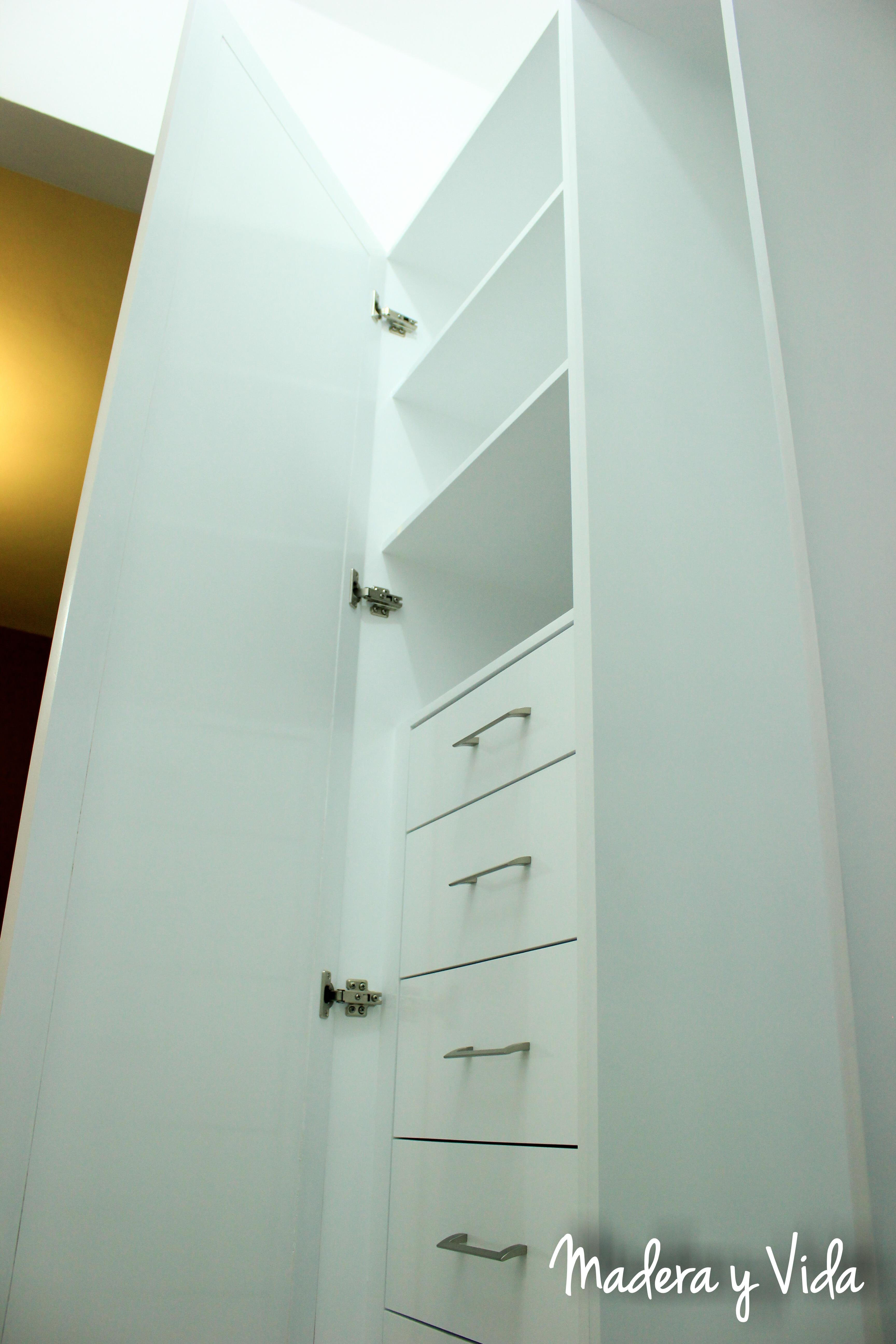 closet blanco con espejo