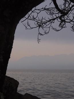 Profil de lac.  Matières, dessins, aplats chromatiques, figures, surréalisme.