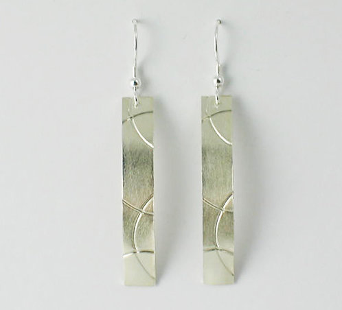 M007: Silver Curve Textured Earrings.