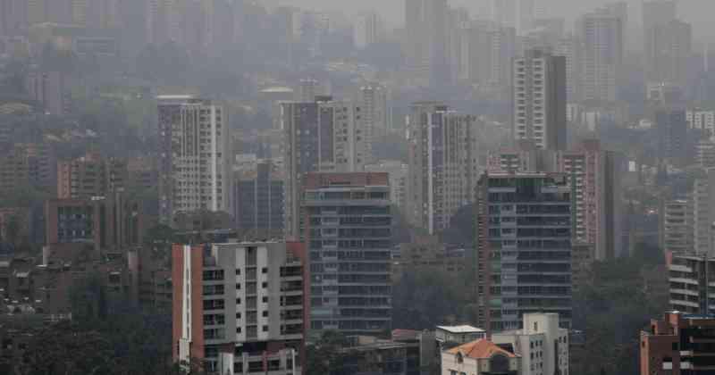 Hace varios años el Área Metropolitana del Valle de Aburrá llamó a las Universidades de Antioquia, Medellín, Nacional, UPB y al Politécnico Jaime Isaza Cadavid para crear una entidad que se encargara de medir los niveles de contaminación que hay en Medellín y los municipios que los circundan, esto para no ser juez ni parte. Así, académicos se han encargado en la última década de mirar las variaciones que ha tenido el aire en Medellín. Lo raro de esta discusión que se ha desatado en la capital paisa por la alerta roja ambiental es que se convirtió en un tire y afloje político y nunca nadie se asomó a ver qué decían los que saben de verdad del tema.