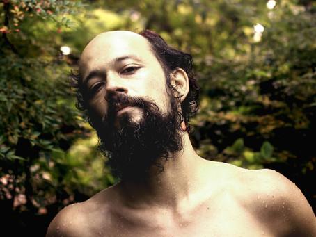 Curitiba recebe show de Curumin, indicado ao Grammy Latino