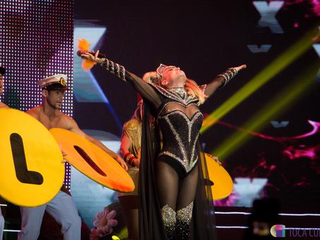 Xuxa faz homenagem ao amigo Gugu Liberato, durante show em Curitiba