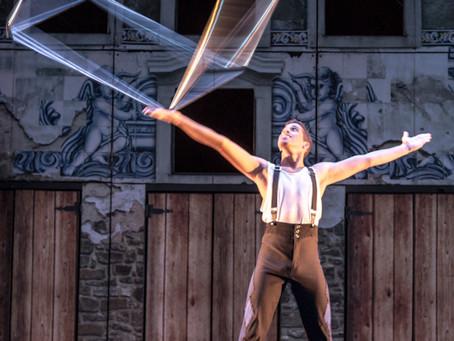 Espetáculo circense mistura linguagem teatral com dança e acrobacias aéreas para falar de infância