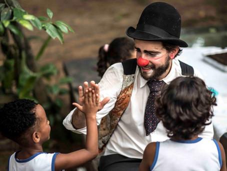 """Palhaços Sem Fronteiras lançam a campanha """"Brincar é coisa séria"""" comemorando o mês das crianças"""