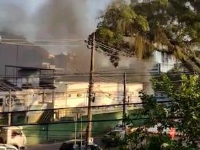 Vídeo: incêndio atinge estacionamento do 18º BPM (Jacarepaguá) na Zona Oeste do Rio - SUPER TOP FM