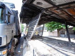 Caminhão bate em estação do BRT Transoeste e carro é atingido - SUPER TOP FM 89.9
