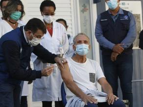 Comerciante de 63 anos é o primeiro a receber vacina da Pfizer no Rio - SUPER TOP FM 89.9