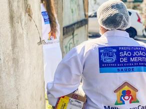Em Meriti, equipes da Saúde realizam vacinação de idosos acamados em casa - SUPER TOP FM 89.9