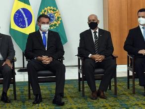 Bolsonaro oficializa ministros em posse fechada no Planalto - SUPER TOP FM 89.9