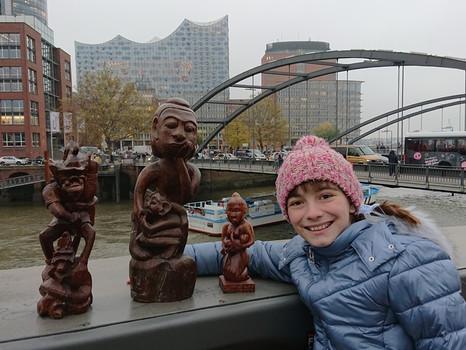 Unsere Holzfiguren aus Indonesien vor der Hamburger Elbphilharmonie