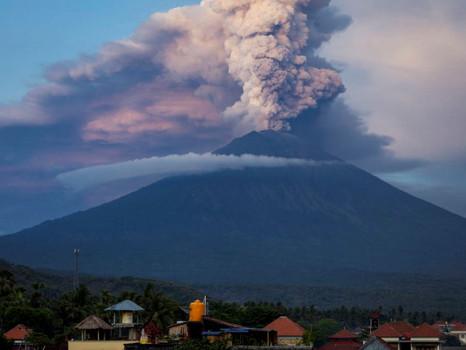 Kurz vor unserer Abreise bricht der Mount Agung auf Bali aus