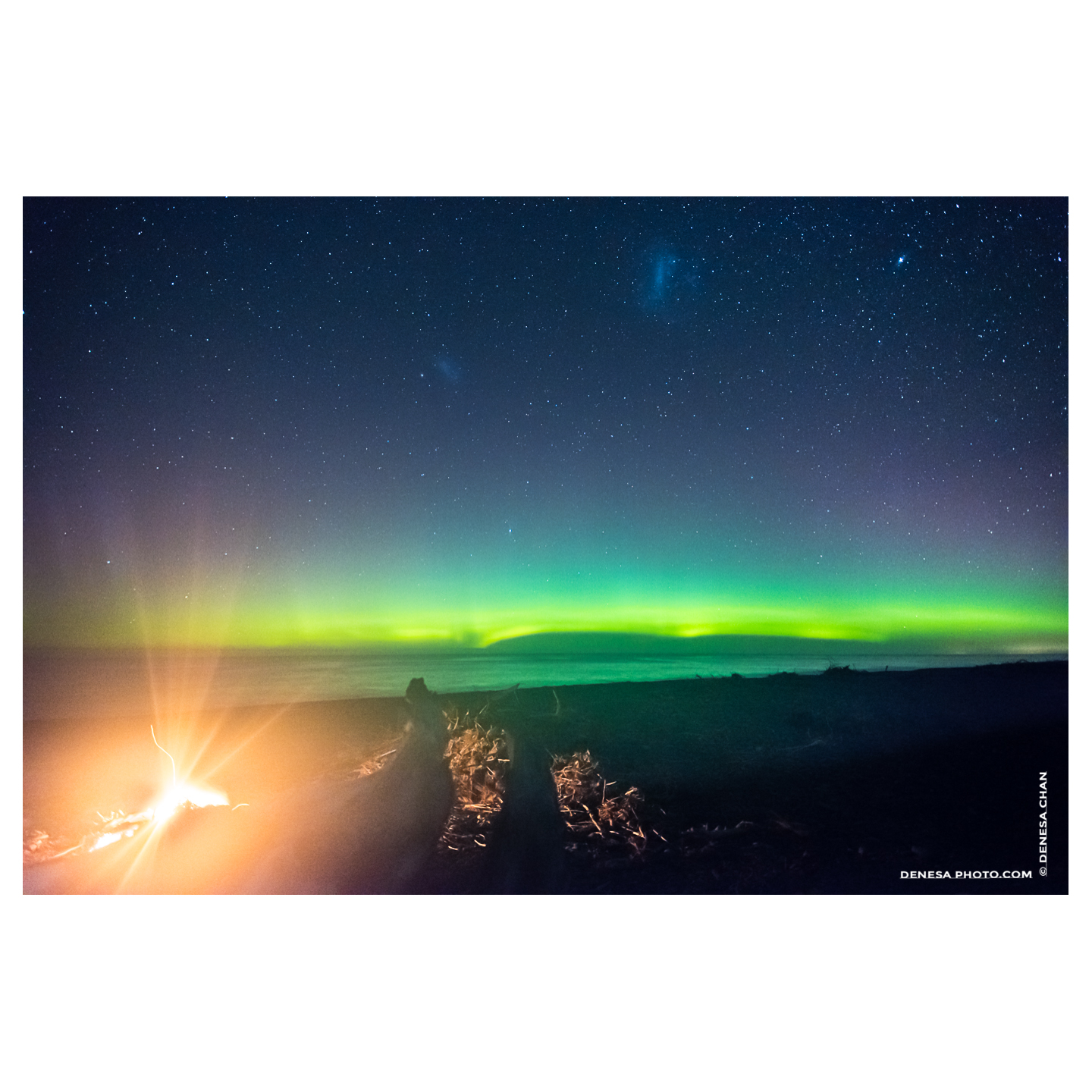 Aurora_Australis_Southern_Lights_New_Zealand_Bon_Fire_Camp_Ocean_Night_Amazing_©_Denesa_Chan_Photogr