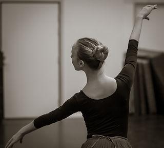 Balettelev repeterar på dansskolan.