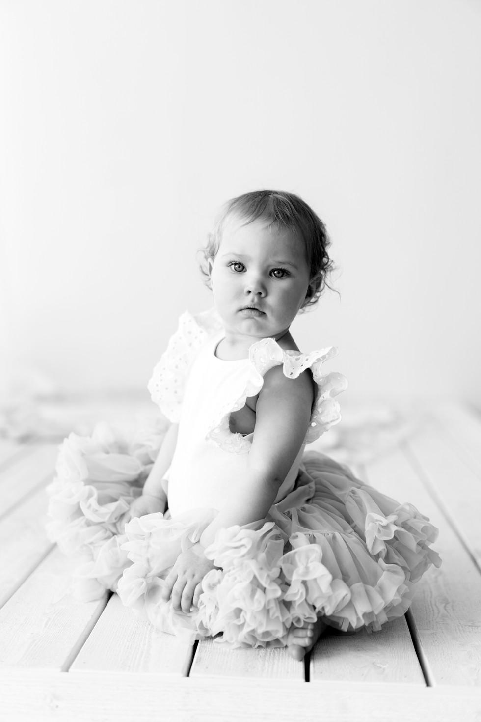 Mustavalkoisia lapsikuvia - ajaton klassikko (Valokuvaaja Kouvola)