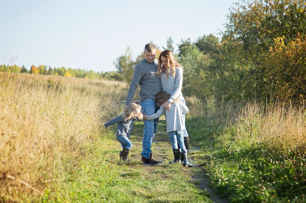 Lifestyletyylinen perhekuvaus - valokuvaaja Kouvolassa