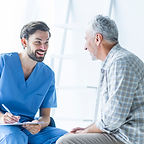doctor-alegre-hablando-paciente-anciano_